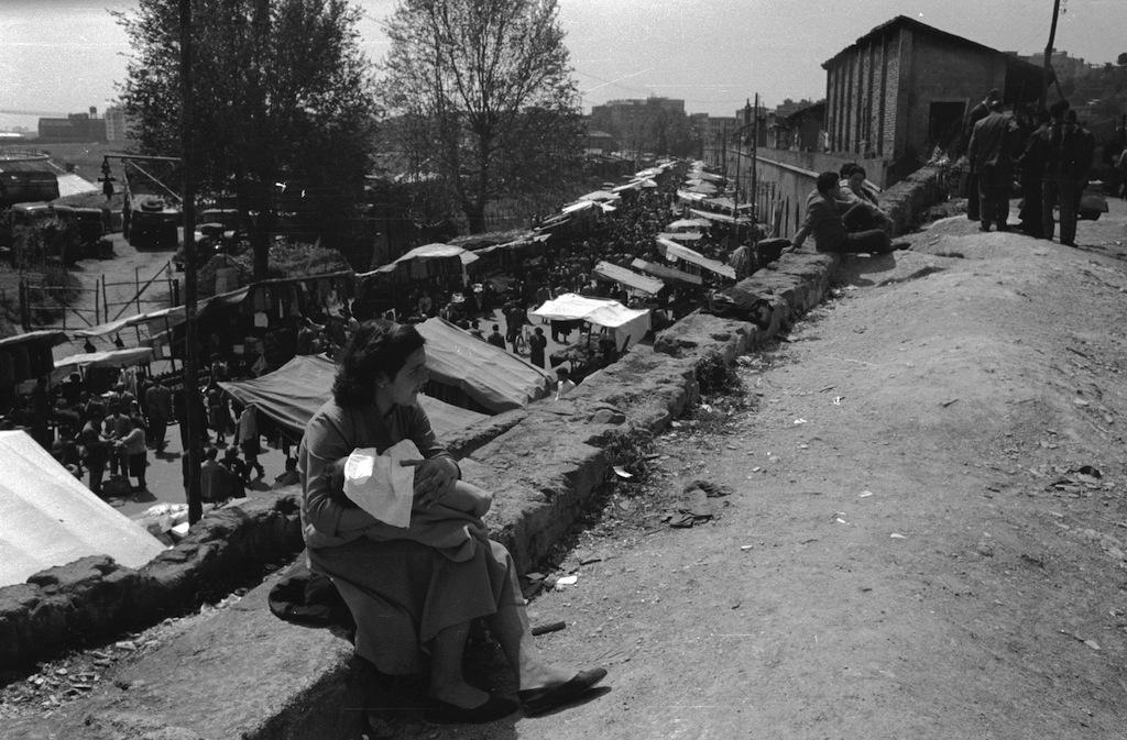 Un'immagine del Mercato di Porta Portese nel 1955