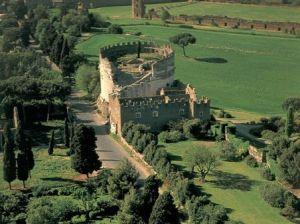Tomba di Cecilia Metella lungo Via Appia Antica