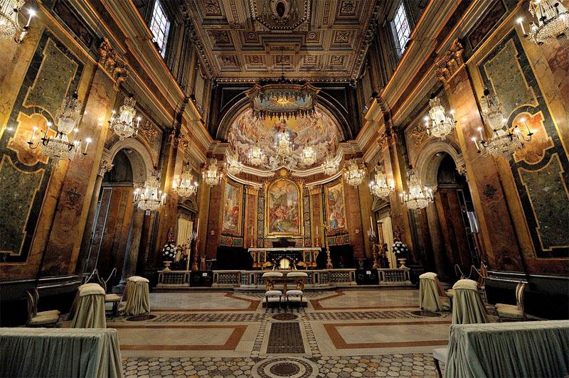 L'interno della Basilica dei Santi Giovanni e Paolo al Celio