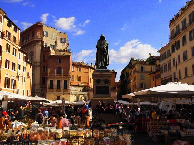 Il Mercato di Campo de' Fiori e la Statua di Giordano Bruno