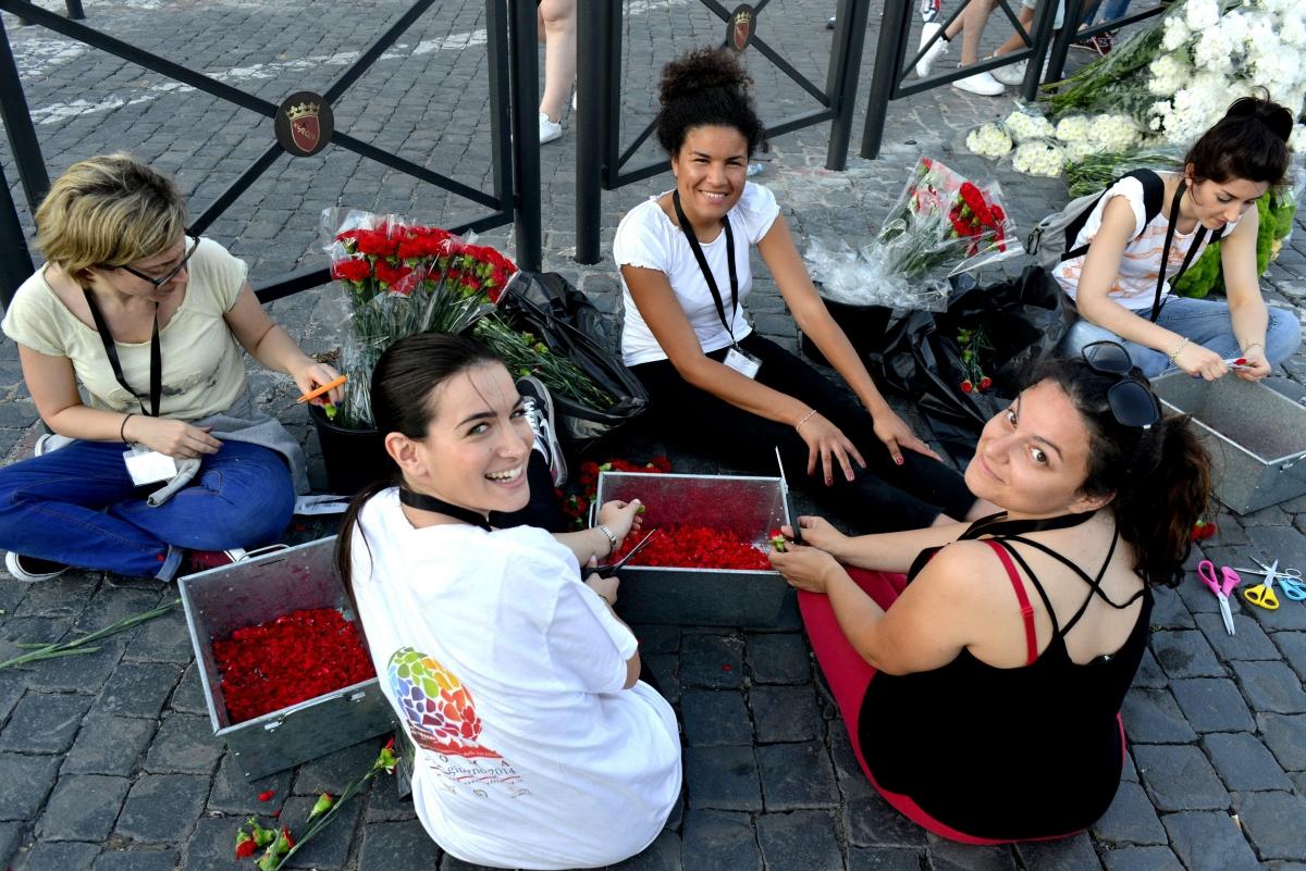 Infiorata Roma 2016 - volontari servizio civile preparano i petali