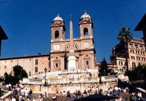 Vista di Trinità dei Monti da Piazza di Spagna