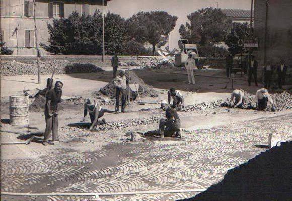 """I """"serciaroli"""" a lavoro per una pavimentazione di Sampietrini"""