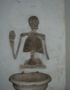 Una decorazione dell'acquasantiera all'interno della Chiesa dei Morti