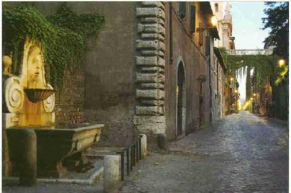 Via Giulia, uno scatto notturno. La fontana del Mascherone e in lontananza l'Arco Farnese