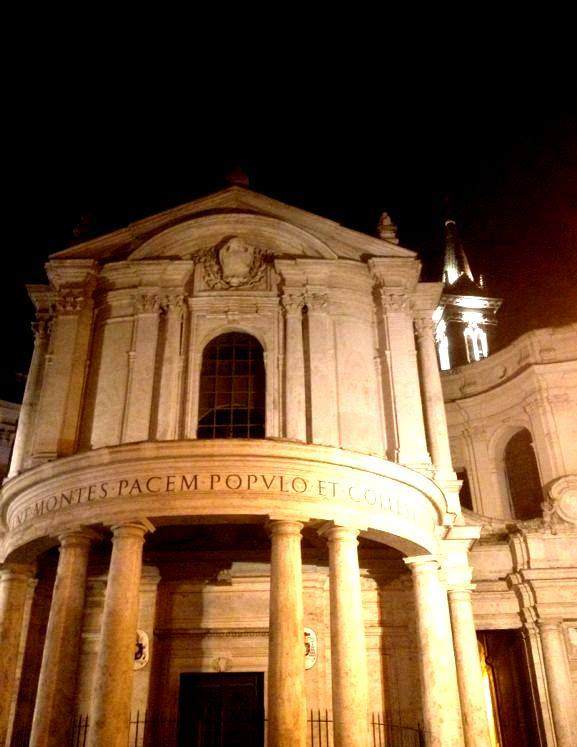 Una splendida immagine notturna di Santa Maria della Pace