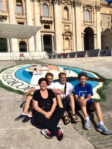 Infiorata Roma 2016 - I mastri infioratori di Poggiomoiano sul sagrato