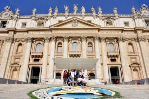 Infiorata Roma 2016 - gli infioratori e il quadro sul sagrato