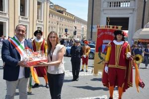 Infiorata roma 2016 - Lucia Rosi Presidente Pro Loco col sindaco di  Vitorchiano
