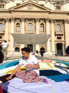 Infiorata roma 2016 - volontaria del servizio civile Pro Loco Roma al lavoro sul sagrato